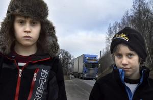 Vid hållplatsen Sågen släpptes Tomass och Felix av och fick sedan gå utmed den hårt trafikerade riksväg 50 för att ta sig hem.
