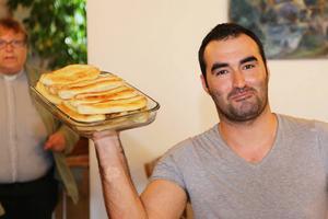 Mahmoud Alkwas från Syrien bar in fat efter fat med syriska rätter till den internationella buffén.