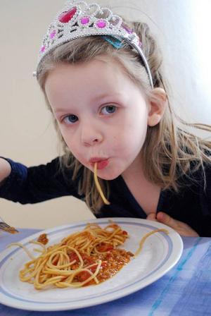Selma Ljungh var finare än fin i sitt diadem. Och spagetti med köttfärssås smakade bra ser det ut som.