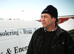 I snart 20 år har  Peter Emanuelsson arbetat med lösullsisolering.– Det blir nog mer jobb nu är husen ska energibesiktigas vid försäljning,  säger han.