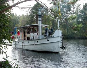 Landkrabba. Ångfartyget Tomten ska om en knapp månad föra biskop Claes-Bertil Ytterberg från Johannisholm till Venjan. Fortfarande ligger fartyget uppdraget på land på grund av det låga vattenståndet i Venjanssjön. Foto: Johan Norberg