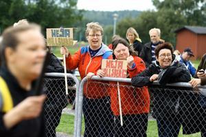 Med egengjorda skyltar hejades lagkompisarna fram under friluftsdagen på Transtensvallen.