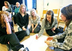 Linnéa Anderzon, Sanna Dehlin, Moa Nilsen, Iza Löfgren och Madde Grassman kom på en mängd egenskaper de hade.