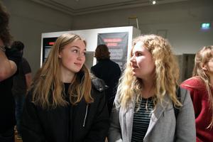 Lovisa Waagaard och Saga Ugarph Nordström går tredje året på Bromangymnasiets naturvetenskapliga program. Nästa år får de rösta i ett riksdagsval för första gången.