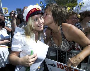 Pusskalas. Josefine Åhs fick en puss av sin mamma Carina Marklund.
