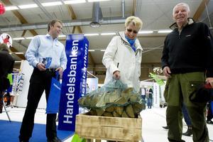 Elvy Hedlund försökte gissa hur mycket vedkassen väger.