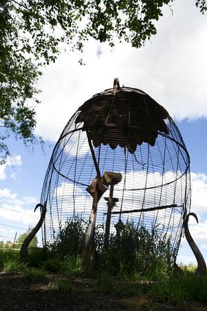 Den stora äggformade fågelburen välkomnar besökaren till Ateljé Y.