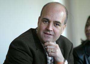 Löna sig mer. Den nye arbetarledare Fredrik Reinfeldt tycker att städarna gör ett bra och viktigt jobb som borde löna sig bättre.