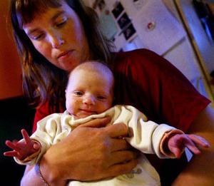 Johanna, en månad, är mätt och nöjd. Hon får tillräckligt med mjölk av mamma Teresia. Det som blir över lämnar Teresia till för tidigt födda barn.
