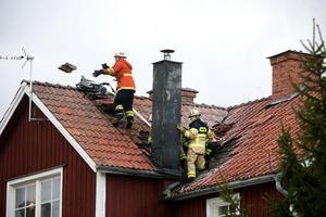 Brandmännen rev upp taket kring skorsten och efter en timme kunde de lämna över ansvaret till fastighetsägaren.
