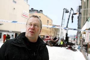"""""""Det är några centimeter vatten i en del lägenheter"""", enligt Peter Boström marknadsområdeschef för fastighetsägaren Norrvidden. Foto: Henrik Flygare"""