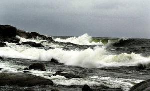 Vågorna gick höga vid Spikarna i går, men natten mot onsdag var värre. Enligt SMHI blåste det 23 meter per sekund vid Brämön på tisdagkvällen. Gränsen för storm ligger vid 24,5 meter per sekund.