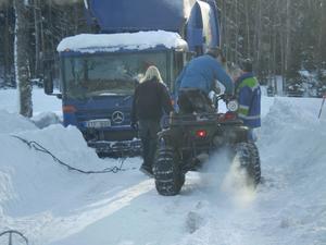 David och Goliat! Den lilla fyrhjulingen mot sopbilen som kört fast i diket. VI FICK UPP DEN!  till slut.