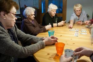 Sonja Wikström, Ines Johansson, Ann-Margret Eriksson och Mary Brandebo spelar kort på äldreboendet Bruket  i Sandviken.