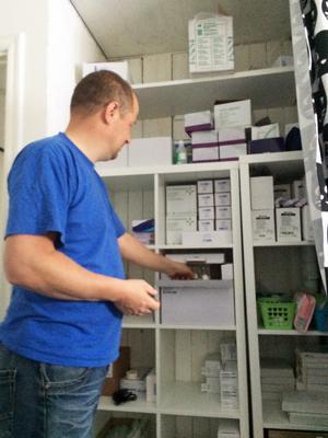 Lars Mattsson har en hel hyllsektion med hjälpmedel som krävs för att sonen skall kunna leva ett bra liv.