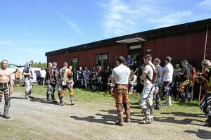 Snart start. Peter Johansson, från Karlskoga enduroklubb, informerar deltagarna innan start hur dagens enduroträning går till.