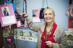 Elisabeth Barchéus, visar upp ett kreativt alster med en snöskoter som är fastsydd på en slips.