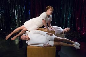 """Folkteaterns föreställning """"Hemligheter"""" bygger på de medverkandes – Cecilia Wernesten, Per Westrin och Aja Rodas – egna minnen av mellanstadietiden och barndomens hemligheter."""