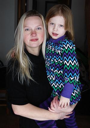 Lina Andersson är väldigt intresserad av genusfrågor och tycker till exempel inte att det ska finnas separata klädavdelningar för pojkar och flickor i butikerna. Själv köper hon gärna killkläder till dottern Noelle Bergström. Foto:Gunne Ramberg