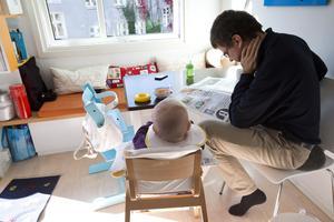 Bara drygt ett av tio föräldrapar tar ut ungefär lika mycket föräldrapenning under barnets första två år, skriver Annika Elias.