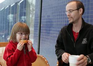 MUMZIGT MED JAZZ. Femåriga Signe Dahl följde med pappa Mathias och spisade jazz. Men först - en bulle.