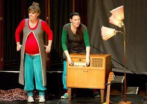 """MUSIKALISKT RYMDÄVENTYR. Sara Ohlzon och Madeleine Wittmark på scenen i """"Längre än längst."""" Foto: Kenneth Hudd"""