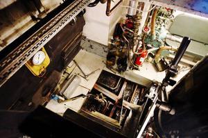 Det vinterrustas för fullt och här nere i maskinrummet kan man bland annat se bottenkranarna som måste tätas med fårtalg.