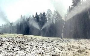 Snökanonerna har gått för fullt i vinter - särskilt mycket hjälp från Moder Natur har Skulebacken inte fått.