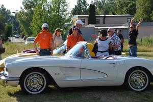Corvette -59. Ägaren Ulf Lindbom i rutig skjorta sammanstrålar med de andra från Corvetteträffarna.