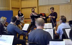 Julia Andersson och Anders Falbe repeterar en duett med orkesterföreningen under Johan Sibergs ledning.