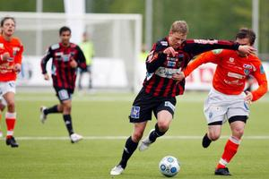 Daniel Andersson gjorde en stark insats på topp. Säker bollmottagning och vårdat passningsspel. Här driver han förbi en Umeåback i slutet.