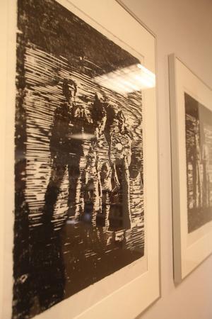 Två träsnitt på utställningen är avbildningar från gamla foton.