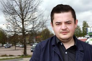 Kritisk. Namik Abbasov är politisk fykting fån Azerbajdzjan. Alla miljoner Euro som satsas på Melodifesti-valen borde gå till att bygga upp landets sjukvård, utbildnings- och socialförsäkringssystem, anser han.