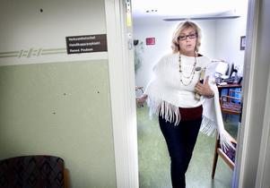 Pär Johanssons närmaste chef, Renée Poulsen, på väg till ett möte.
