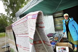 """Elisabeth """"Bettan"""" Westberg visade upp sina hemvävda mattor."""