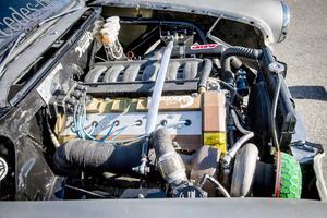 Där det tidigare satt en liten dieselmotor finns nu en BMW M50 B25 med lastbilsturbo.