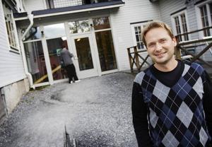 Stefan Regebro, skolchef på Vittra, väljer att enbart bjuda in representanter från riksdagspartierna till skolan.