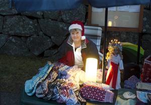 Nybörjarknallen Mona Kallberg från Holm sålde vantar, sockor och handdukar.