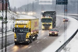 Långtradartrafiken på E18 och från Kapellskär behöver en säkrare överfartsväg till E4. Det menar insändarskribenten.