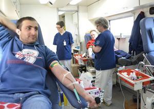 Navdar Hay Yousef tycker det känns bra att bli blodgivare. Labbassistent Anne Björkman och undersköterskan Lasse Malmberg servar givarna, bland annat Allan Myrtenkvist längst bort.