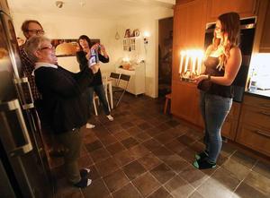 En stolt mormor Anita Hansen vill gärna fotografera barnbarnet, Härjedalens lucia 2014.