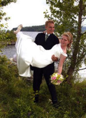 Amos Kemppainen och Anna Hautala, Malmberget, har den 6 augusti vigts i Matfors folkets park. Vigseln förrättades av Bo Nyman. Bruden är född och uppvuxen i Sundsvall. Paret tar Kemppainen som sitt gemensamma efternamn.Foto: Ateljéfotografen Haga