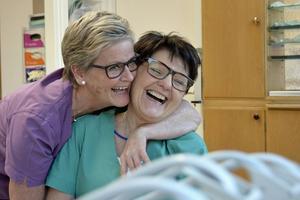 De har jobbat ihop och trivts ihop i 37 år. Tandsköterskan Yvonne Brandström och ger kollegan Ingrid Ljung Eriksson en uppskattande kram.
