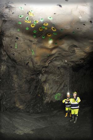 Karin Tröjbom och Michael Meyer inspekterar borrhålen i en ort.