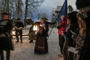 Amanda Vesterlund ledde gruppen till kyrkan och Haltdalen 1718 där karolinerna i Revsunds kompani hade julotta med psalmsång i det fria innan de gav sig iväg över fjället hem mot Jämtland och Sverige. Av 5 000 karoliner var det 3 000 som blev kvar på fjället och frös ihjäl.