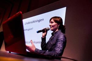 Lisa Nilsson är företagsekonom och engagerad Mariebykören och i Stenbrottet i Marieby. Hon har hållit i Fältjägarens förstudie om kulturhus i Östersund som nu lämnas över till kommunen.