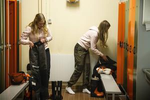 Linn Brorsson och Ebba Modin har valt en yrkesbana inom skogsindustrin.