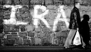 I torsdags meddelade den Irländska republikanska armén (IRA) genom sin talesman Seana Walsh att man lägger ned vapnen och helt överger den väpnade kampen. Istället för våld skall nu politiska förhandlingar försöka driva fredsprocessen framåt. Detta är ett betydande steg mot fred i Nordirland, men fortfarande återstår att överbrygga det enorma förtroendegapet mellan katoliker och protestanter.