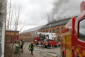 Lördagen den 23 april förra året utbröt en kraftig brand i en verkstadslokal i Morgårdshammar, Smedjebacken.