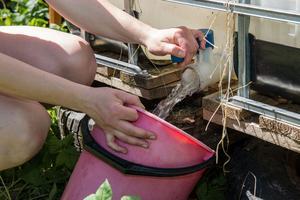 Ibc-tanken är enkel att fylla på och går att spara upp till en kubik vatten i. Den är även enkel att tappa vatten från.